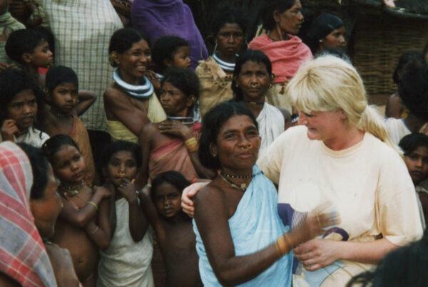 dansen met vrouw opperhoofdGadabas stam, Orissa India